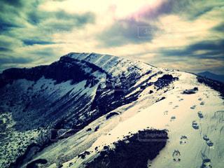 雪に覆われた山の写真・画像素材[2830201]