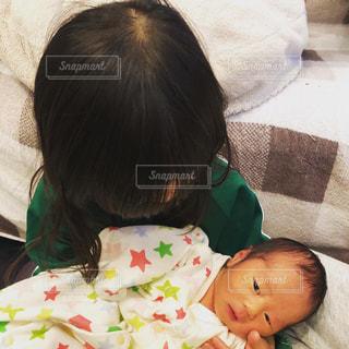 赤ん坊を抱いている女性の写真・画像素材[3052619]