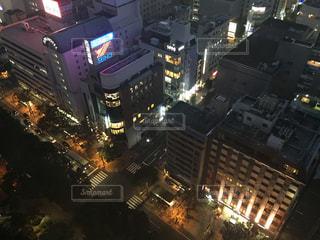 夜のライトアップされた街の写真・画像素材[901124]