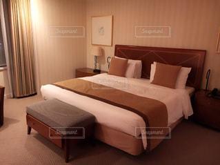 ベッドとホテルの部屋で机付きのベッドルームの写真・画像素材[901363]