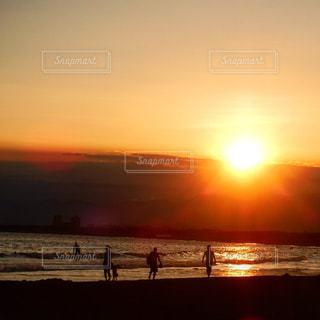 海辺に沈む夕陽の写真・画像素材[903899]