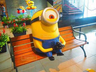 ベンチに座るミニオンの写真・画像素材[903622]