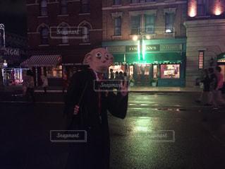 建物の前に立っているドビーの写真・画像素材[903647]