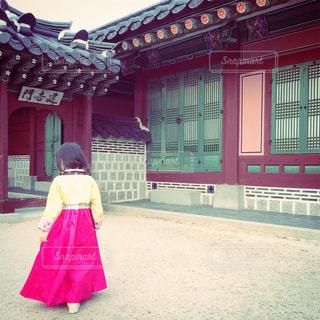 韓服を来た女の子の写真・画像素材[902331]