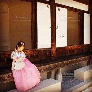 韓服を来た女の子の写真・画像素材[902335]