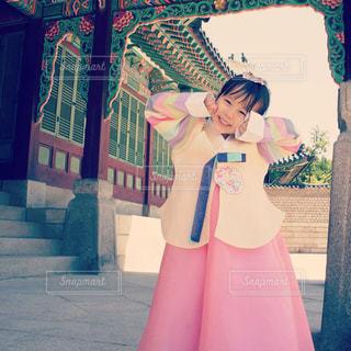 韓服を来た女の子の写真・画像素材[902337]