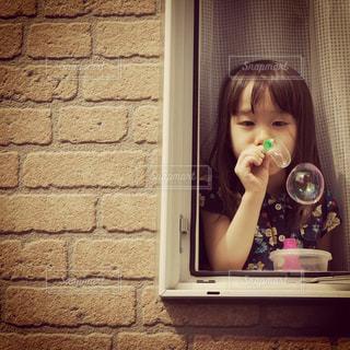 しゃぼん玉で遊ぶ女の子の写真・画像素材[902349]