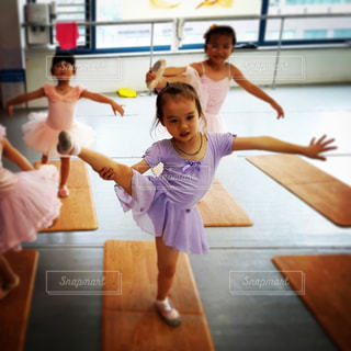バエレの練習をする女の子の写真・画像素材[902353]
