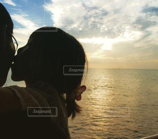 パパにキスする女の子の写真・画像素材[902365]