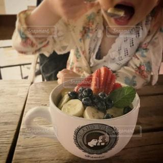 アサイーボウルを食べる女の子の写真・画像素材[902381]