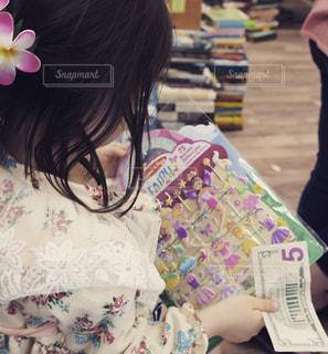 海外の古本屋で会計を待つこどもの写真・画像素材[902382]