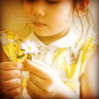 花を持つ少女の写真・画像素材[902388]