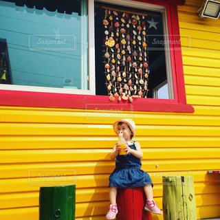 マンゴージュースを飲む女の子の写真・画像素材[927235]