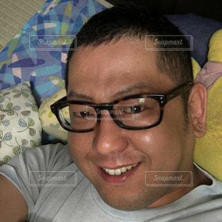メガネをかけて、カメラで笑顔の男 - No.902514