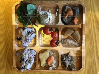 木製のテーブルの上に食べ物の種類でいっぱいのボックス - No.935059