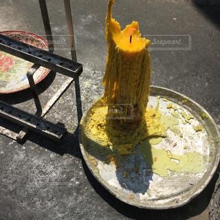 解ければ解けるほど綺麗な黄色ロウソクの写真・画像素材[903354]