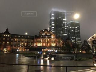 雨の東京駅の写真・画像素材[1030314]