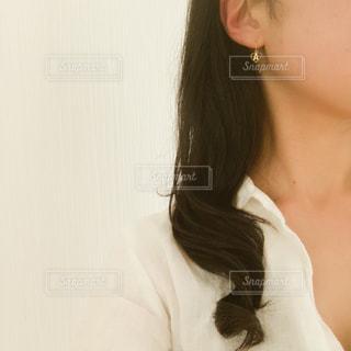 黒い髪と白いシャツを着ている女性の写真・画像素材[1475338]