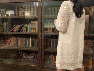 本棚の前に立っている女性の写真・画像素材[2726370]