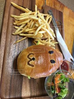 近くの木製のテーブルの上に食べ物をの写真・画像素材[907676]
