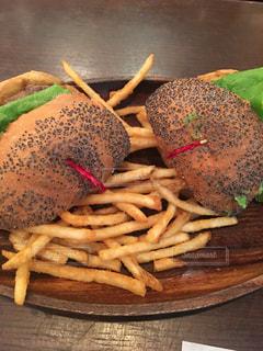 ハンバーガーとフレンチフライの写真・画像素材[903792]