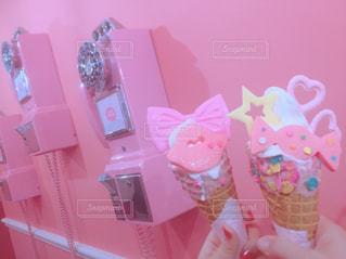 ピンクの電話とアイスクリームの写真・画像素材[905111]