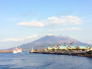 海と山と船の写真・画像素材[910780]