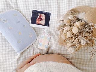 ベッドの上に座っている赤ちゃんの写真・画像素材[904654]