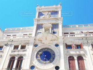 大きな白い建物の時計の写真・画像素材[904689]