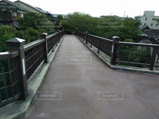 歩道に架かる橋の写真・画像素材[1132665]