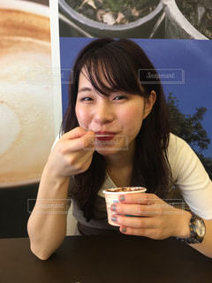 食事のテーブルに座っている女性の写真・画像素材[905178]