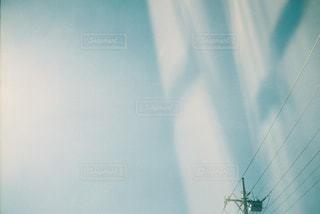 青空と電線の写真・画像素材[905147]
