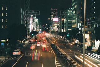歩道橋から見た道路を走る車の写真・画像素材[905241]