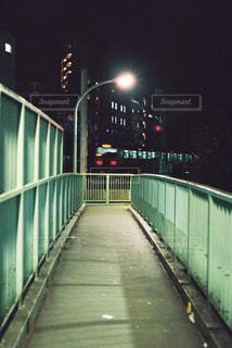 夜の歩道橋から見える電車の写真・画像素材[905242]