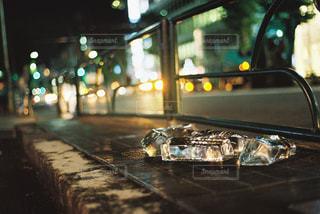 夜の通りと車のヘッドライトの写真・画像素材[905243]