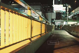 夜の歩道橋の写真・画像素材[905244]
