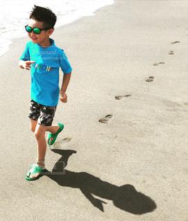 砂浜を走る少年の写真・画像素材[905403]