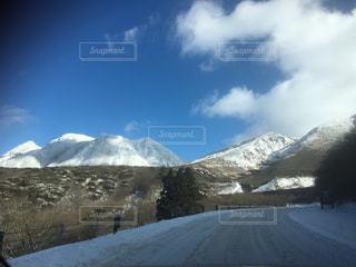 雪に覆われた山をスキーに乗る男の写真・画像素材[905272]