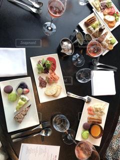 テーブルの上に食べ物の束の写真・画像素材[1562654]