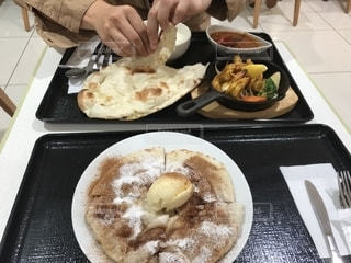 食品のプレートをテーブルに着席した人の写真・画像素材[1562655]