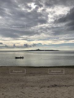伊江島と一隻の船の写真・画像素材[905748]