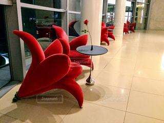 特徴のある大きな赤い椅子 - No.905873