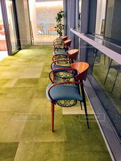 建物の前に座っている椅子 - No.905874