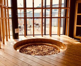 窓の前に丸いオブジェの写真・画像素材[908152]