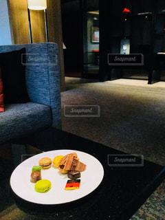 テーブルの上に食べ物のプレートの写真・画像素材[908565]