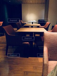 部屋に椅子と机 - No.908566
