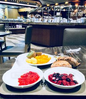 テーブル上に食べ物のプレートをトッピングの写真・画像素材[919218]