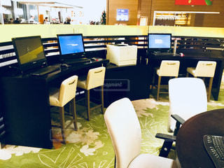 コンピューターと部屋で椅子と机 - No.921979