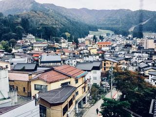 背景の山と都市のビューの写真・画像素材[924509]