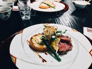 テーブルの上に食べ物のプレート - No.924556